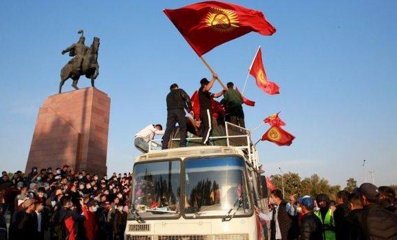 Киргизчүүд экс Ерөнхийлөгчөө суллаж, парламентын ордныг эзэлжээ