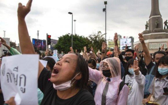 Тайландчууд Ерөнхий сайддаа огцрох 3 хоногийн хугацаа өглөө