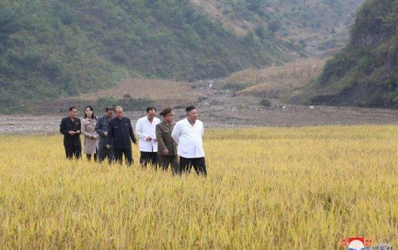 Ким Жон Ун дүүгийн хамт үерт автсан хотуудаа эргэлээ