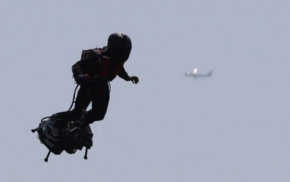 """Лос Анжелесийн тэнгэрт нууцлаг """"нисдэг хүн"""" үзэгджээ"""