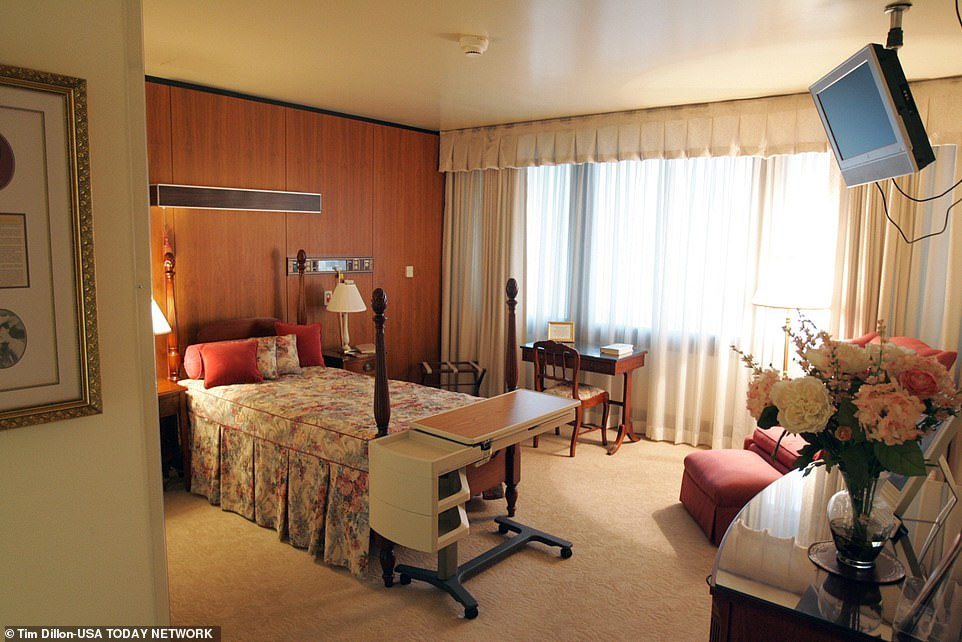 33924160-8800181-Trump_will_stay_in_the_Presidential_Suite_at_Walter_Reed_Medical-a-19_1601689464619