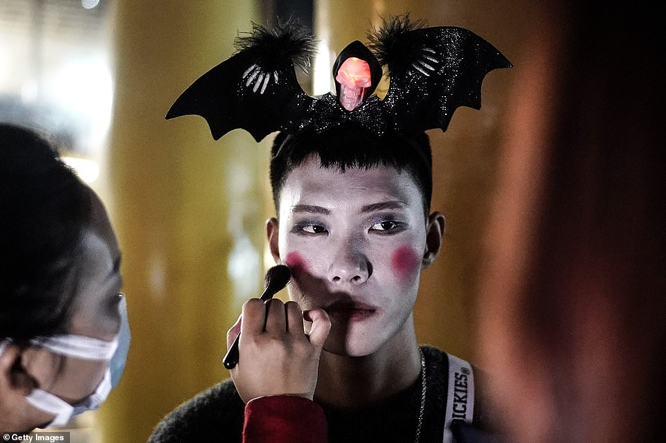 35013858-8894943-Halloween_is_not_traditionally_celebrated_as_a_holiday_in_China_-a-87_1604005594361