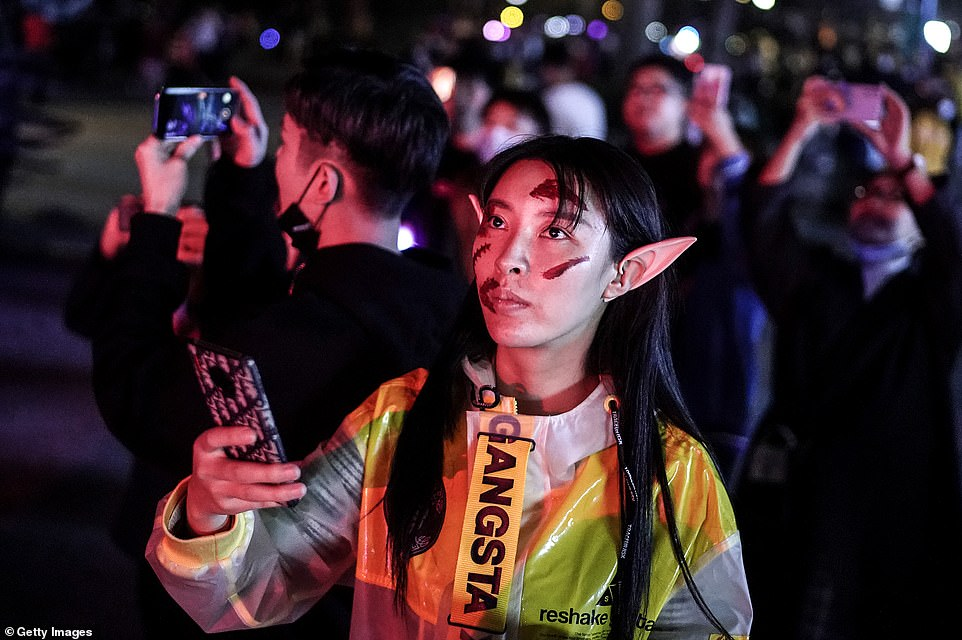 35013896-8894943-Wuhan_residents_got_creative_with_their_costumes_Halloween_has_g-a-96_1604005594381