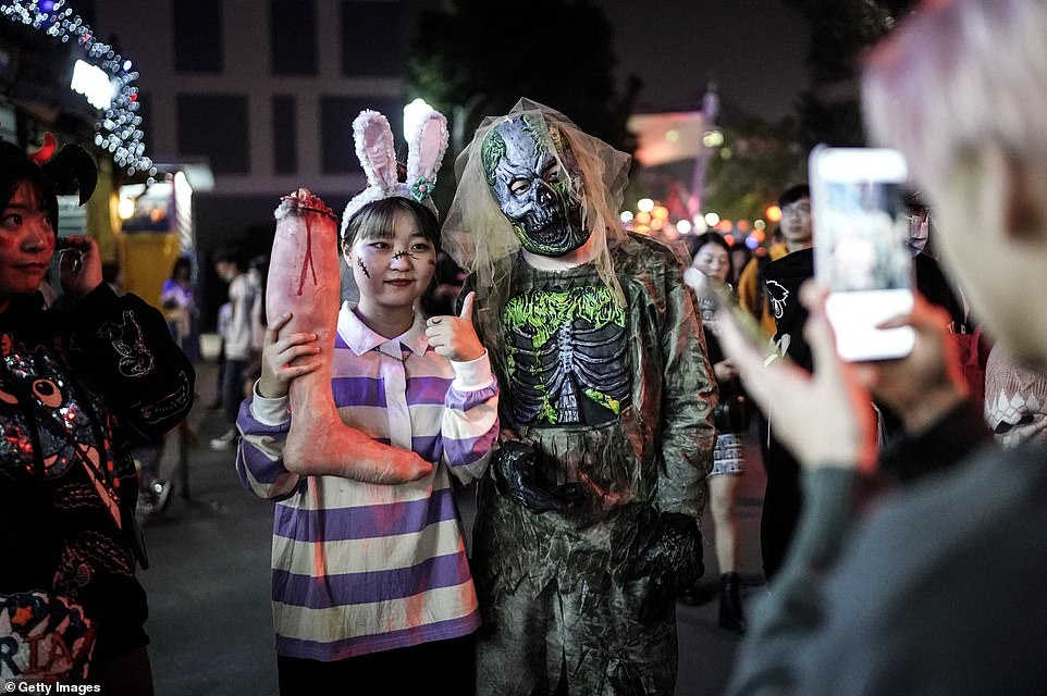 35013908-8894943-Visitors_and_performers_were_decked_out_in_their_best_spooky_att-a-86_1604005594358