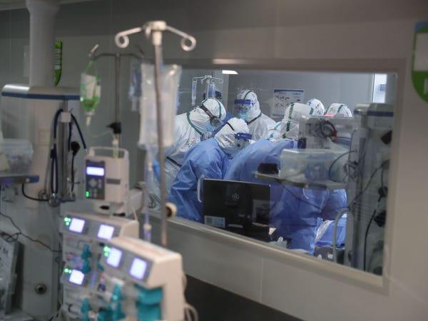 Covid-19: 7000 гаруй эрүүл мэндийн ажилтан бусдын төлөө амиа алджээ