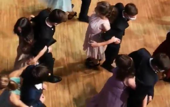 """Цар тахлын """"дүрэм""""-ээс болж сурагчид нуруугаа нийлүүлэн бүжиглэжээ"""