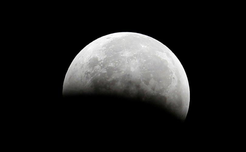 Сарны наран талын гадаргуу дээр ус тархсан байдгийг илрүүлжээ