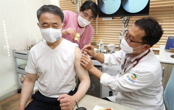 БНСУ: Иргэдээ тайвшруулахын тулд Эрүүл мэндийн сайд вакцин хийлгэв