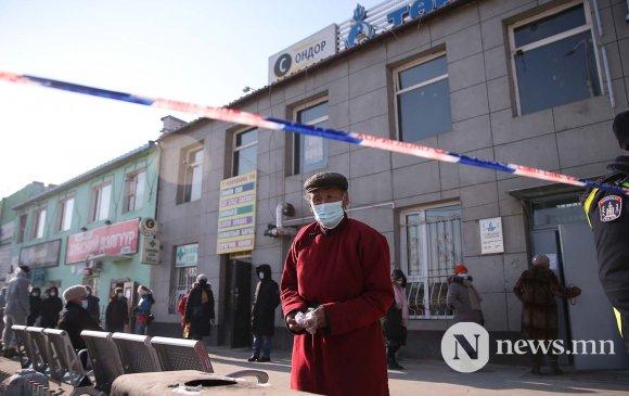 Фото: Иргэд зай барьж, банкуудаар үйлчлүүлж байна