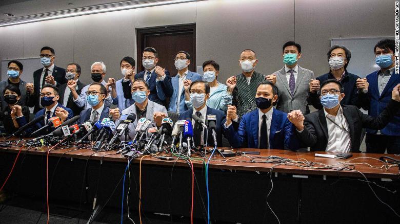 Хонгконг: Ардчиллыг дэмждэг хууль тогтоогчид нийтээрээ огцорлоо