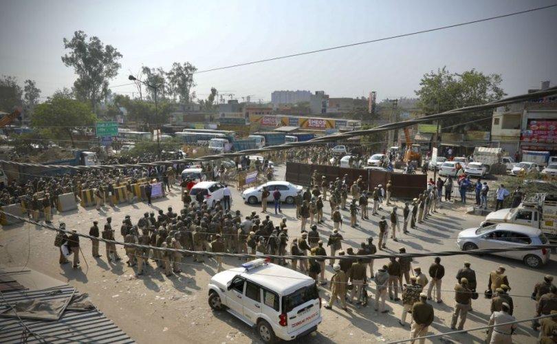 Энэтхэг тариачид шинэ хуулийг эсэргүүцэж, цагдаа нартай мөргөлдлөө