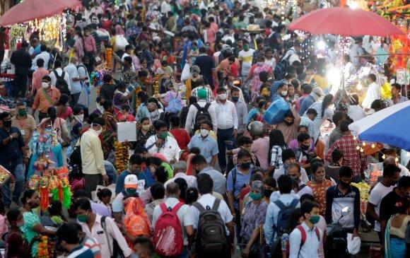 Энэтхэгчүүд цар тахлыг үл хайхран шашны баяраа тэмдэглэжээ