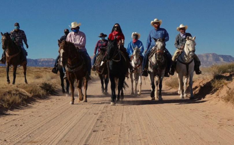 Индианчууд өвөг дээдсээ хүндэтгэн, морьтой ирж саналаа өгчээ