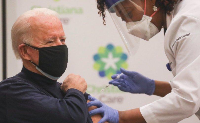 Жо Байден камерын өмнө вакцин хийлгэлээ
