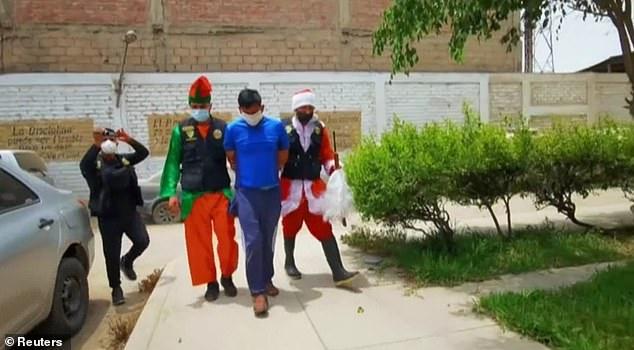 Цагдаа нар Санта, элфийн дүрд хувирч, хар тамхины наймаачныг барьжээ