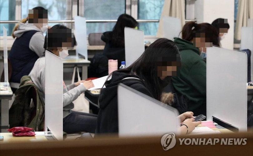 Өмнөд Солонгост хагас сая сурагч шалгалтаа өгч байна
