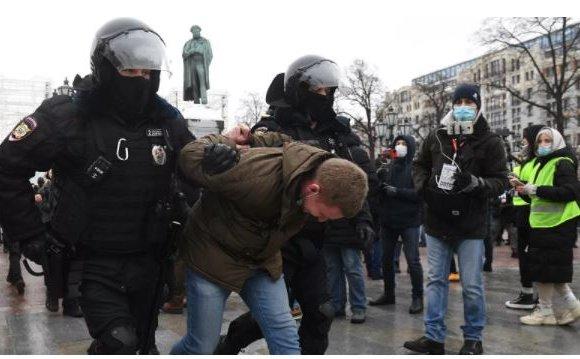 Москвад 100 гаруй хүнийг баривчилжээ