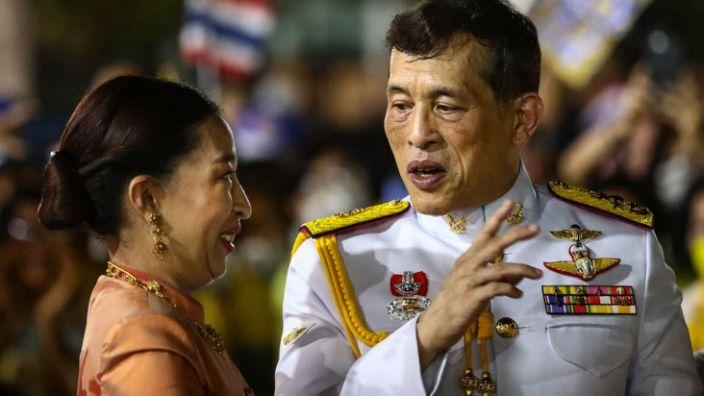 Тайландын хаан татвар эмээ өмөөрөн, дүүгээ зодож гэмтээжээ