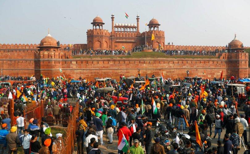 Энэтхэгийн тариаланчид бослого гаргаж, Улаан цайзыг эзлэв