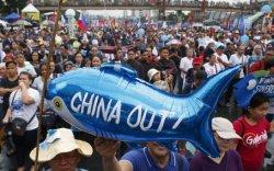 Хятадын хуулийг эсэргүүцэн филиппинчүүд жагсаж байна