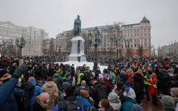 Навальныйг суллахыг шаардсан жагсагчид цагдаа нартай мөргөлдөв