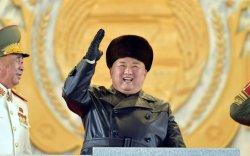 Ким Жон Ун сүрт жагсаал хийж, зэвсгүүдээ танилцуулав