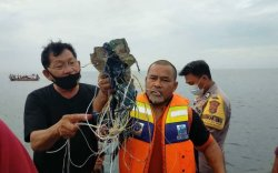 Индонезийн тэнгист Боинг осолдож, 60 гаруй хүн амь үрэгджээ