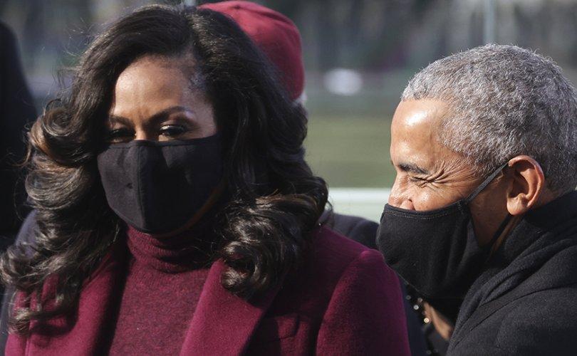Барак Обамаг олон хүн тэвэрлээ гэж эхнэр нь унтууцжээ