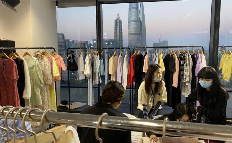 Загварын салбарт Хятад онлайн худалдаагаар манлайлна