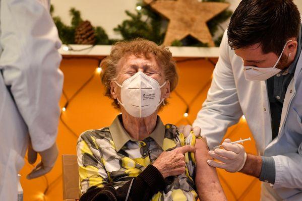 """Герман: """"AstraZeneca""""-н вакциныг 65-аас дээш наснынханд хийх хэрэггүй"""