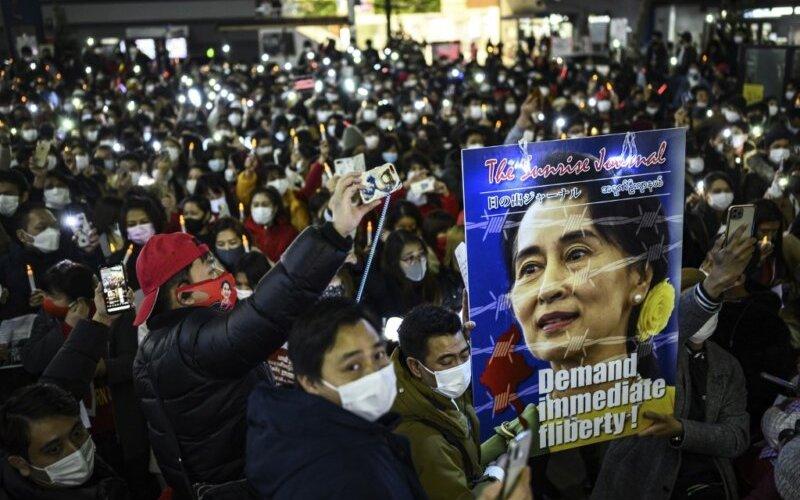 Мьянмарчууд цэргийн дэглэмийг эсэргүүцэн жагслаа
