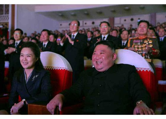 Ким Жон Уны гэргий жилийн дараа олны өмнө гарлаа
