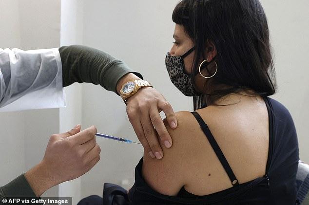 Израил вакцин хийлгээгүй иргэдийн нэр, хаягийг зарлах хууль баталлаа