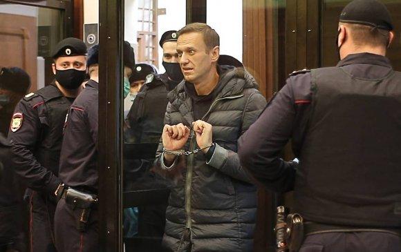 Навальныйгийн тэнсэн харгалзах ялыг хорих ялаар өөрчлөв