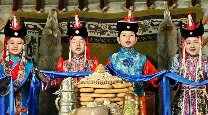 Монгол түмэндээ сар шинийн мэнд дэвшүүлье!