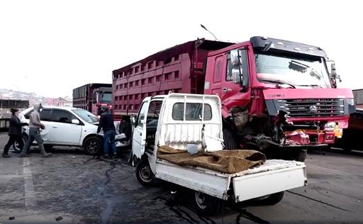 Баянхошуунд 11 автомашин мөргөлдөж, 3 хүн эмнэлэгт хүргэгджээ