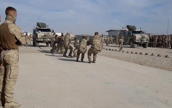 Монгол цэргүүд байлдааны 11.9 тонн автомашин чирэх уралдаанд оролцов