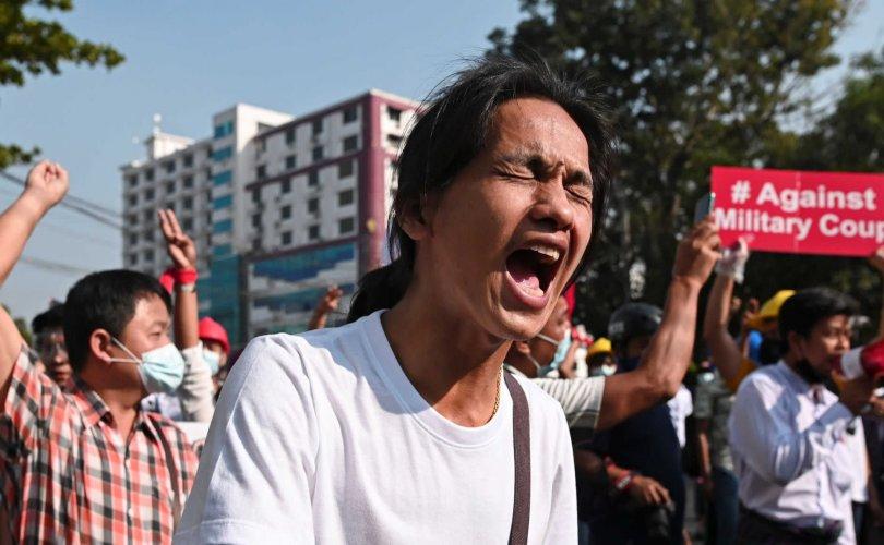 Мьянмарт хоёр жагсагч цагдаагийн суманд өртөж амиа алдав