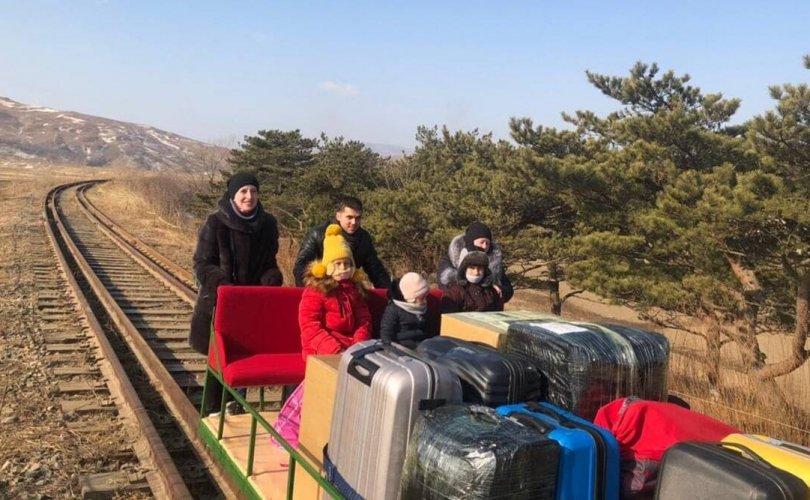 Оросын дипломатууд Хойд Солонгосоос түрдэг тэргээр хил гарчээ