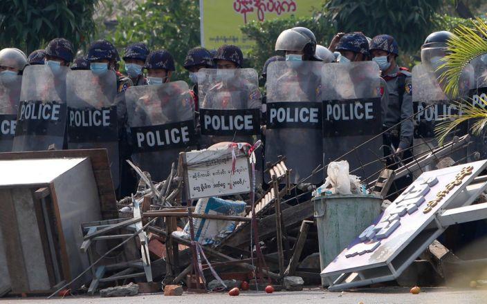 Мьянмарын дэглэмийг эсэргүүцсэн цагдаа нар Энэтхэг рүү дүрвэж байна