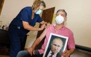 Аргентины хотын дарга Путины хөргийг барьж вакцин тариулжээ