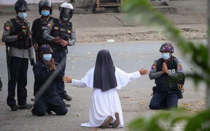 Мьянмарын гэлэнмаа: Гэмгүй жагсагчдыг биш намайг бууд