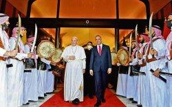 Ромын Пап түүхэн бөгөөд хамгийн аюултай айлчлал хийж байна