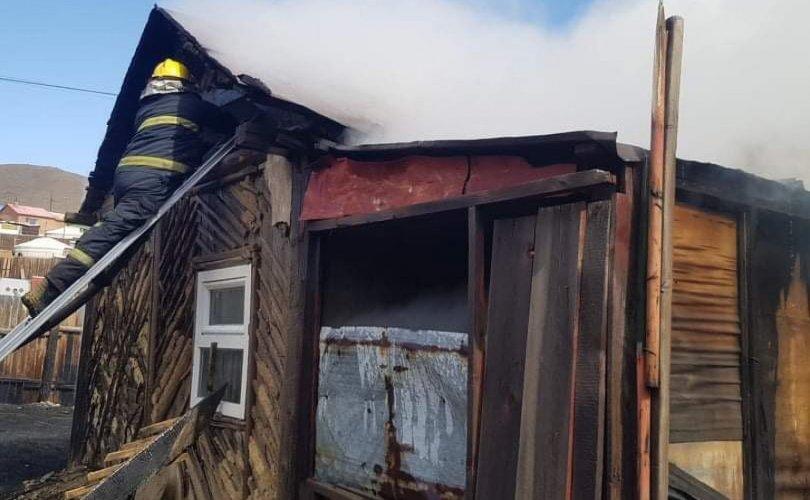 Өнжмөл өвсний түймэр гарч, айлын гэр, байшин шатлаа