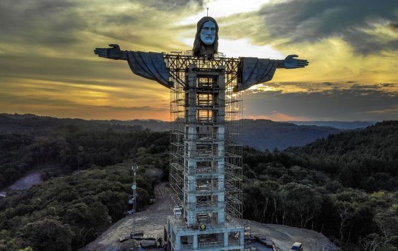 Бразил улс Риогийн хөшөөнөөс том Христийн хөшөө барьж байна