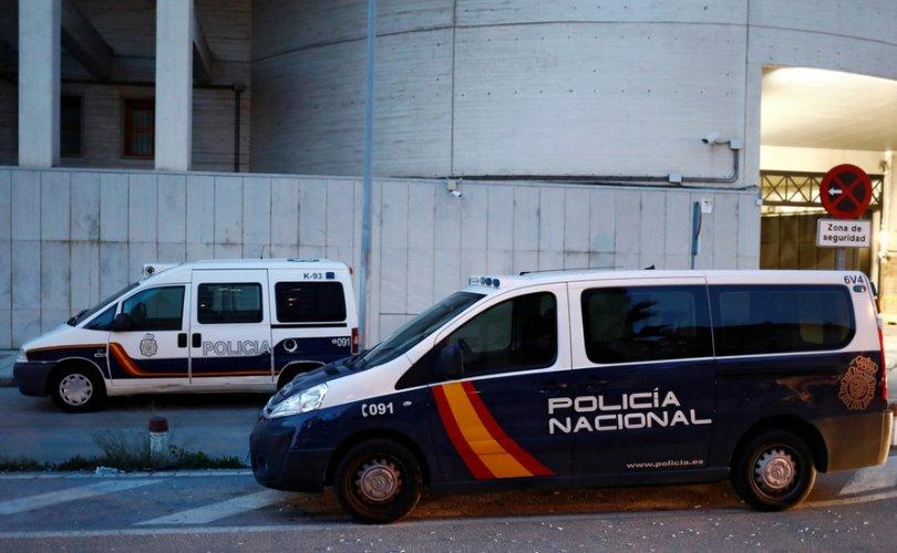Ажлынхаа 22 хүнд Сovid-19 зориуд халдаасан испани эрийг баривчилжээ
