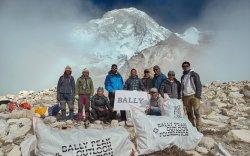 Балбын уулчид Эверестээс 2.2 тонн хог цэвэрлэжээ