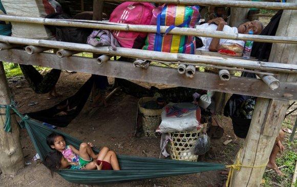 Мьянмарын олон мянган каренчууд Тайландад дүрвэхээр бэлдэж байна