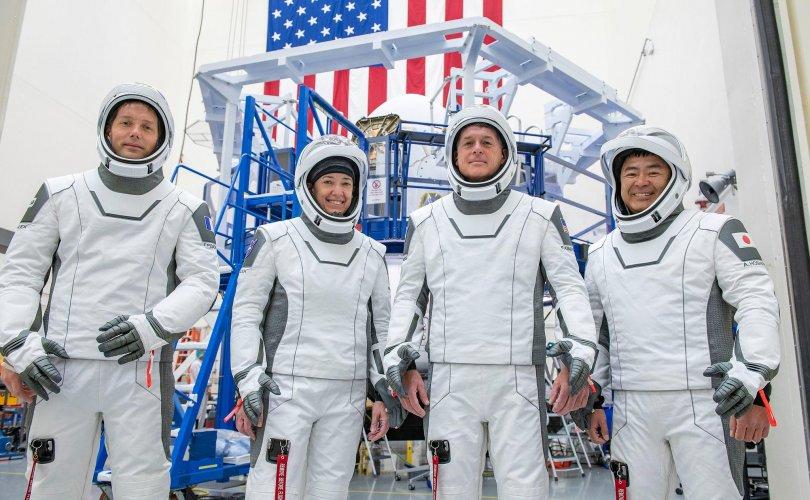 """""""NASA""""-ийн нисэгчид """"SpaceX""""-ийн пуужингаар тойрог замд хүрлээ"""