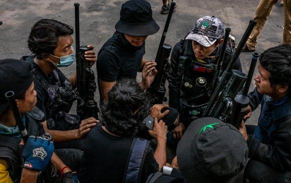 Мьянмар: Иргэд гараар угсарсан буугаараа цэргүүдтэй тэмцэж байна